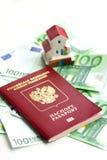 被隔绝的玩具房子和欧洲钞票 库存图片
