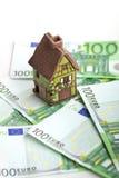 被隔绝的玩具房子和欧洲钞票 免版税库存图片