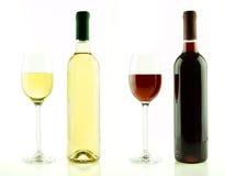 被隔绝的瓶和杯白色和红葡萄酒 免版税库存照片