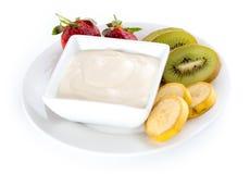 被隔绝的碗酸奶用新鲜的草莓、猕猴桃和香蕉 图库摄影