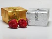 被隔绝的礼物盒和草莓 免版税库存照片