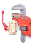 被隔绝的管子附件和可调扳手关闭 免版税库存图片