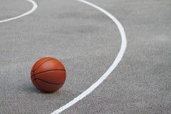 被隔绝的篮球, streetball 免版税库存照片