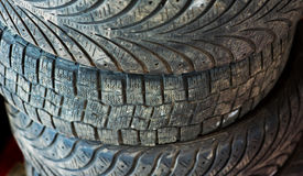 被隔绝的老轮子堆 defocused 免版税图库摄影
