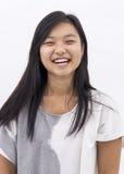 被隔绝的背景的逗人喜爱的亚裔女孩 免版税库存照片