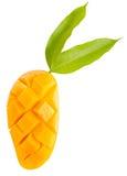 被隔绝的芒果切片和叶子 库存照片