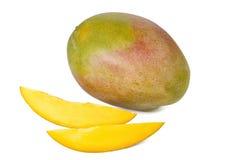 被隔绝的芒果和两个切片 库存图片