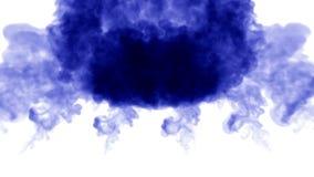 被隔绝的蓝墨水很多流程注射 蓝色油漆混合在水,在慢动作的射击中 墨似的背景的用途或 股票录像