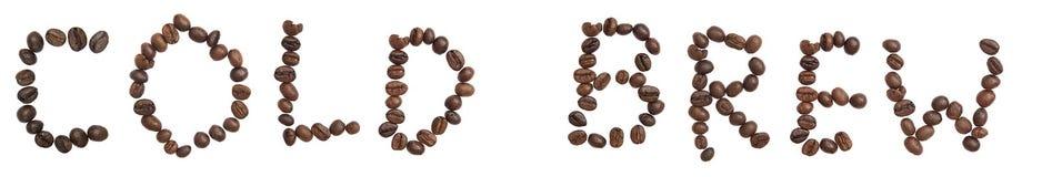 被隔绝的词'冷的酿造'由咖啡豆做 免版税库存图片