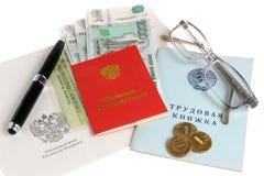被隔绝的退休金文件、金钱、信封、笔和玻璃  免版税库存照片