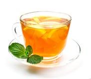 被隔绝的透明杯子清凉茶用柠檬和薄菏 图库摄影