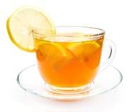 被隔绝的透明茶与柠檬切片的 免版税库存照片