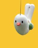 被隔绝的逗人喜爱的陶瓷鸟 免版税图库摄影