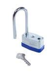 被隔绝的钢挂锁和钥匙在白色 免版税库存图片