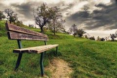 被隔绝的长凳在乡下 库存图片