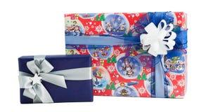 被隔绝的集合两礼物盒五颜六色的纸套丝带弓 库存照片