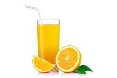 被隔绝的饮料 在与裁减路线的白色汁液隔绝的切片橙色果子和杯 图库摄影