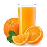 被隔绝的饮料 在与裁减路线的白色汁液隔绝的切片橙色果子和杯 库存图片
