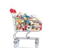 被隔绝的购物车充分与药片和胶囊的医学 库存照片