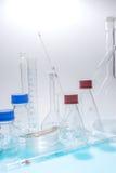 被隔绝的玻璃实验室仪器 免版税库存照片