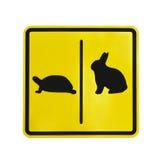 被隔绝的黄色交通标签乌龟和兔子图表 库存照片