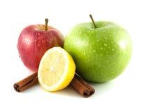 被隔绝的绿色和红色苹果,柠檬用桂香 免版税库存照片