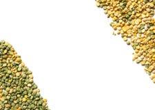 被隔绝的黄色和绿色干豌豆 在空白背景 库存图片