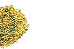 被隔绝的黄色和绿色干豌豆 免版税库存照片