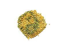 被隔绝的绿色和黄色干豌豆 图库摄影