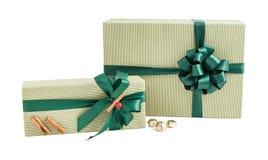 被隔绝的绿色条纹纸套礼物盒丝带弓cinamon装饰 库存照片