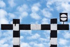 被隔绝的死角不通过的火车火车标志风化了老脏的火车铁路中止标志信号黑色白色 免版税库存图片