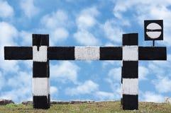 被隔绝的死角不通过的火车火车标志风化了老脏的铁路中止标志信号标志黑色白色 图库摄影