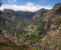 被隔绝的Curral das Freiras村庄,马德拉岛 免版税库存图片