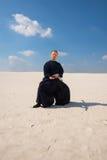 被集中的人在沙漠实践武术 免版税图库摄影