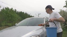 被集中的人洗涤有海绵的现代灰色斜背式的汽车 股票视频