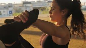 被集中的信奉瑜伽者女孩在被放弃的大厦的navasana在夏天坐日落,健康生活方式,运动 影视素材