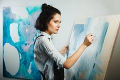 被集中的女孩集中于在艺术疗法的创造性的艺术做过程 图库摄影