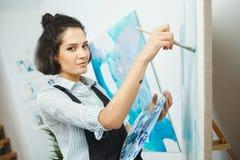 被集中的女孩集中于在艺术疗法的创造性的艺术做过程 库存照片