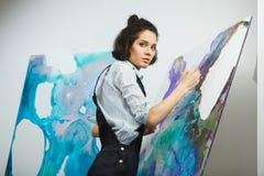 被集中的女孩集中于在艺术疗法的创造性的艺术做过程 免版税库存图片