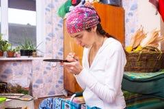 被集中的妇女通过绘迷住在木头 图库摄影