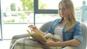 被集中的少妇阅读书 股票录像