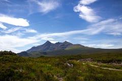 被集中的峰顶和供徒步旅行的小道可看见在Cuillin山的一个壮观的风景 免版税图库摄影
