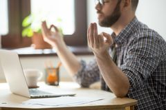被集中的男性思考在解除重音的办公室 免版税图库摄影