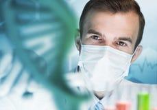 被集中的男性科学家画象与试剂一起使用在实验室 库存图片