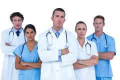 被集中的看照相机的医生和护士 免版税库存图片