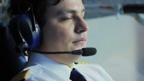 被集中的飞行员控制飞机和谈话与调度员,工作责任 股票视频
