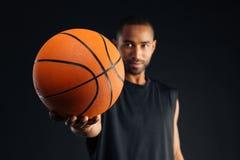 被集中的年轻严肃的非洲体育供以人员给篮子球 库存照片