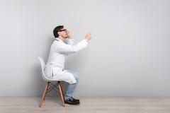 被集中的医生坐与听诊器的一把椅子 免版税库存照片