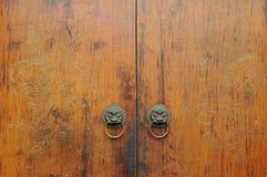 被雕刻的中国门传统木 库存图片