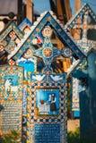 被雕刻的和被绘的木十字架在快活的公墓在Sapanta,罗马尼亚 那些公墓是联合国 免版税库存照片